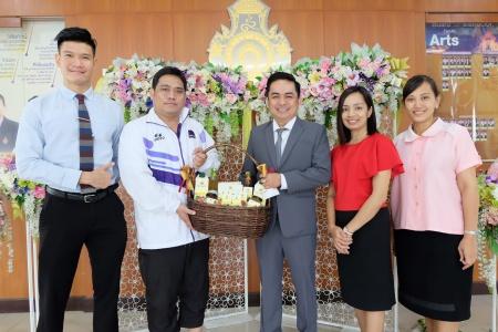 หัวหน้าสาขาวิชาการโรงแรม พร้อมคณาจารย์ในสาขาฯ ร่วมแสดงความยินดี ผู้ช่วยศาสตราจารย์ ดร.อำนาจ เอี่ยมสำอางค์
