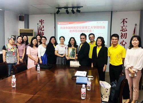 เมื่อ 29 พ.ค. 62 คณบดีคณะศิลปศาสตร์ นำผู้บริหารคณะฯ และอาจารย์ประจำสาขาวิชาภาษาไทยประยุกต์ ดินทางไปเจรจาแนวทางความมือทางการศึกษากับโรงเรียนภาษาต่างประเทศหนานหนิง
