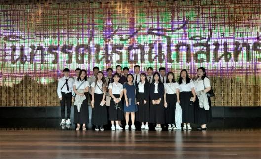 วันที่ 16 ตุลาคม 2562 อาจารย์ประจำสาขาวิชาการท่องเที่ยว คณะศิลปศาสตร์ นำนักศึกษาสาขาวิชาภาษาไทยประยุกต์ (นักศึกษาจีน) เยี่ยมชมนิทรรศน์รัตนโกสินทร์ เพื่อศึกษาศิลปวัฒนธรรมไทย