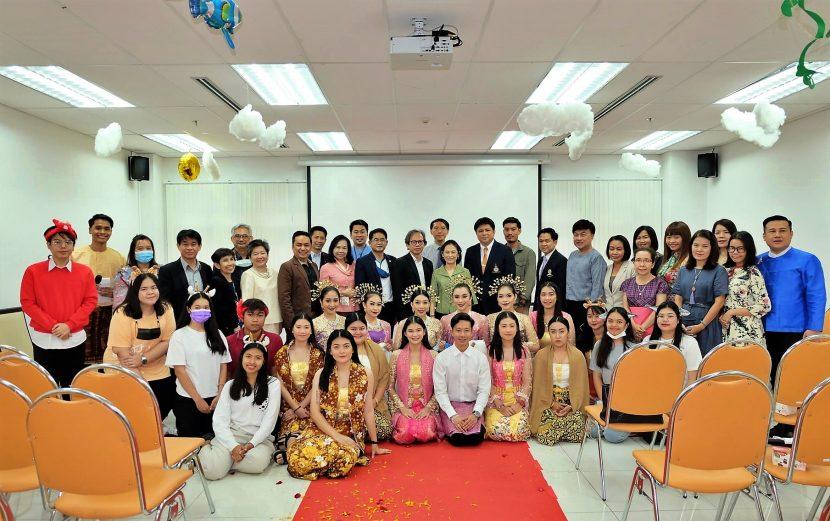 """รองอธิการบดีฝ่ายวิชาการ และพัฒนาคณาจารย์และผู้ทรงคุณวุฒิมหาวิทยาลัย ให้เกียรติเป็นประธานเปิดสัมมนา หัวข้อ """"ปักหมุดถิ่นทักษิณ...แดนดินผจญภัย"""" Let's explore southern Thailand ผจญภัยในแดนใต้ ค้นพบความท้าทายในแบบของคุณเอง โดย ผู้ช่วยศาสตราจารย์ ดร.อำนาจ เอี่ยมสำอางค์ คณบดีคณะศิลปศาสตร์ (วังนางเลิ้ง) ให้การต้อนรับและกล่าวรายงาน เมื่อวันที่ 8 ตุลาคม 2563"""