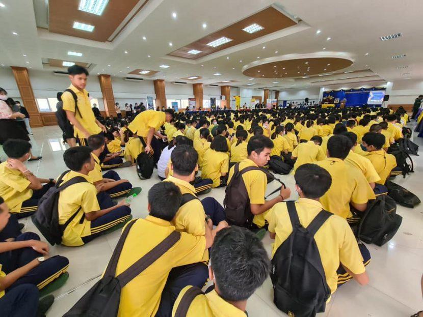 งานแนะแนวการศึกษา คณะศิลปศาสตร์ มหาวิทยาลัยเทคโนโลยีราชมงคลพระนคร เข้าร่วมแนะแนวการศึกษาต่อให้กับนักเรียนชั้นมัธยมศึกษาปีที่ 6 โรงเรียนสมุทรสาครบูรณะ เพื่อเป็นการเพิ่มแนวทางในการวางแผนศึกษาต่อในระดับอุดมศึกษา ในวันที่ 10 พฤศจิกายน 2563 ณ โรงเรียนสมุทรสาครบูรณะ โดยมีนางสาวเบญจมาศ สระบัวคำ หัวหน้างานแนะแนวการศึกษาและอาชีพ พร้อมด้วยเจ้าหน้าที่ฝ่ายกิจการนักศึกษา คณะศิลปศาสตร์ เข้าร่วมจัดกิจกรรมดังกล่าว