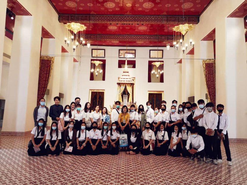 เมื่อ3 ธันวาคม 2563 นักศึกษาสาขาวิชาการท่องเที่ยวชั้นปีที่ 2 ปทท.62/1-2 จำนวน 76 คน ศึกษาเรียนรู้ประวัติศาสตร์ศิลปะไทย ณ พิพิธภัณฑสถานแห่งชาติ พระนคร