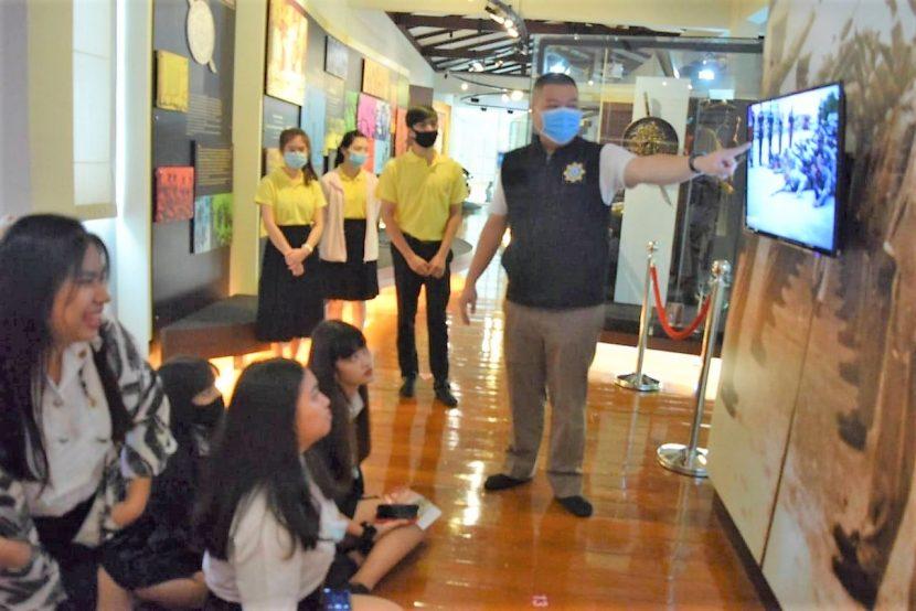 นักศึกษาสาขาวิชาการท่องเที่ยว ชั้นปีที่ 2 ปทท.62/1-2 เข้าศึกษาเรียนรู้ประวัติศาสตร์ไทย และสถาปัตยกรรมศิลปะตะวันตก ณ พิพิธภัณฑ์ตำรวจ วังปารุสกวัน เมื่อวันที่ 15-16 ธันวาคม 2563
