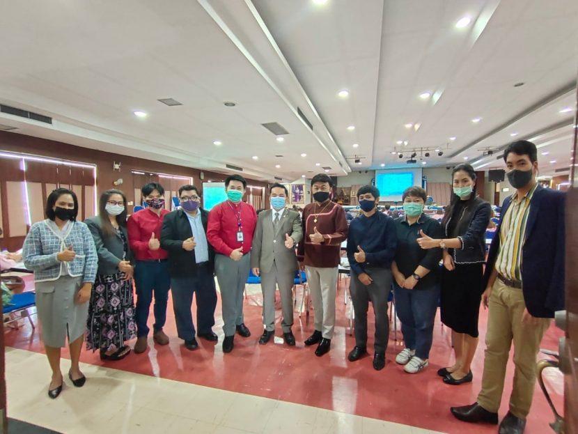 เมื่อวันที่ 22 ธันวาคม 2563 ผู้ช่วยศาสตราจารย์ ดร.อำนาจ เอี่ยมสำอางค์ คณบดีคณะศิลปศาสตร์ (วังนางเลิ้ง) พร้อมผู้บริหาร คณาจารย์ และบุคลากร เข้าร่วมการประชุมชี้แจงกระบวนการดำเนินงานโครงการยกระดับเศรษฐกิจและสังคมรายตำบลแบบบูรณาการ (1 ตำบล 1 มหาวิทยาลัย) จัดโดยสถาบันวิจัยและพัฒนา ณ ห้องประชุมอาภากร ชั้น 6 ตึก 90 ปี (ศูนย์พณิชยการพระนคร) มทร.พระนคร