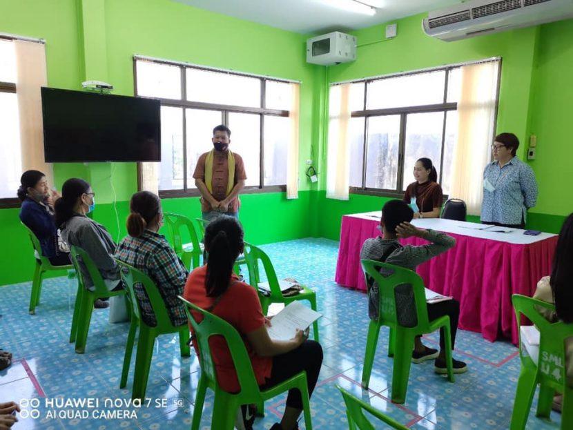 คณะศิลปศาสตร์ ลงพื้นที่ผลักดันเศรษฐกิจชุมชนและการท่องเที่ยว ตำบลต้นมะพร้าว อำเภอเมืองเพชรบุรี จังหวัดเพชรบุรี ภายใต้โครงการ 1 ตำบล 1 มหาวิทยาลัย วันที่ 11 กุมภาพันธ์ 2564 ดร.นิตินันท์ ศรีสุวรรณ และทีมงานโครงการตำบลต้นมะพร้าว ลงพื้นที่ตามโครงการ 1 ตำบล 1 มหาวิทยาลัย โดยมีวัตถุประสงค์เพื่อพัฒนาและส่งเสริมผลผลิตทางการเกษตร (ข้าว) เป็นสินค้าประจำตำบล (OTOP) เพื่อเพิ่มรายได้และผลักดันเศรษฐกิจชุมชนและการท่องเที่ยว ตำบลต้นมะพร้าว อำเภอเมืองเพชรบุรี จังหวัดเพชรบุรี ภายใต้การสนับสนุนของกระทรวง อว. โดยมีผู้เข้าร่วมโครงการทั้งสิ้น 18 ท่าน ณ องค์การบริหารส่วนตำบลต้นมะพร้าว อำเภอเมืองเพชรบุรี จังหวัดเพชรบุรี